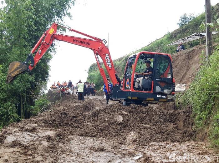 Alat berat bersihkan material longsor yang tewaskan satu orang di Desa Cluntang, Kecamatan Musuk, Boyolali, Selasa (26/1/2021).