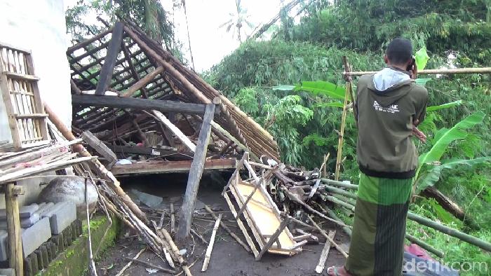 Puluhan rumah di Lumajang rusak diterjang angin kencang. Yakni di Desa Kertosari, Desa Jambe Arum dan Desa/Kecamatan Pasru Jambe.