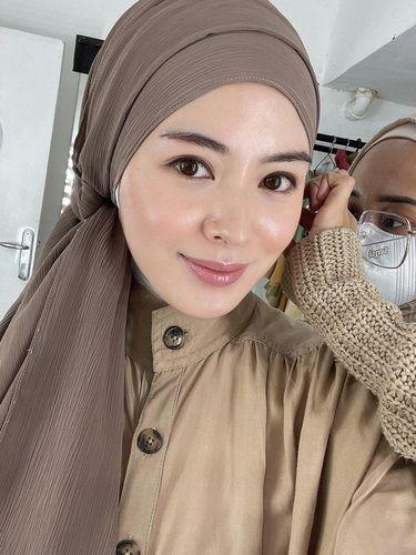 Ayana Moon tampil dengan gaya hijab zaman dulu