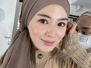 Cantiknya Ayana Moon Tampil dengan Gaya Hijab Indonesia Zaman Dulu