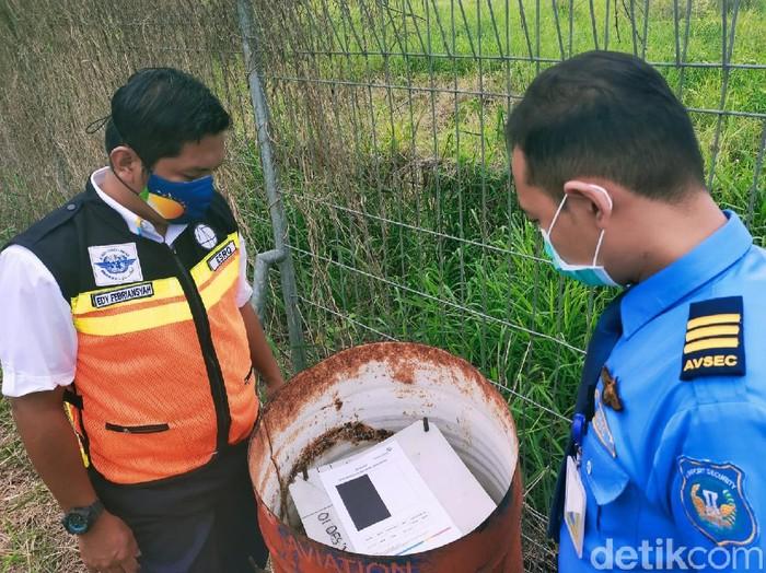 PT Angkasa Pura II selaku pengelola Bandara Banyuwangi terus melakukan pemantauan dampak erupsi Gunung Raung. Pemantauan menggunakan paper test setiap dua jam sekali. Hasilnya, kondisi Bandara Banyuwangi masih aman.