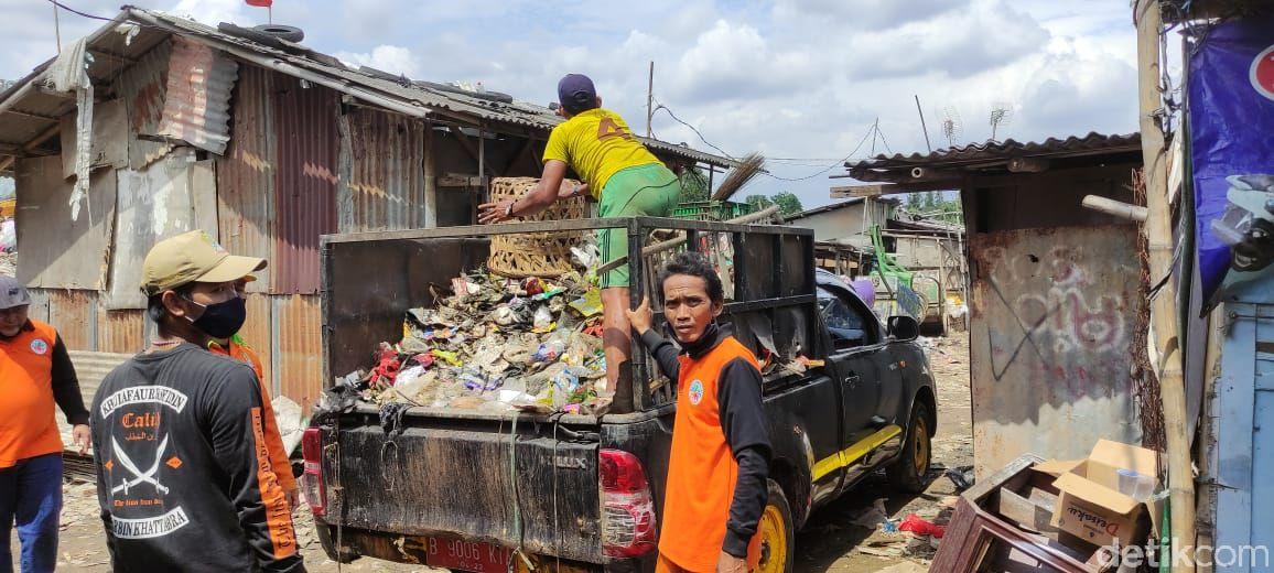 Bersih-beresih di Kampung Lapak, Bintara Jaya, jelang Gerbang Tol Kalimalang 1. (Taufieq RA/detikcom)