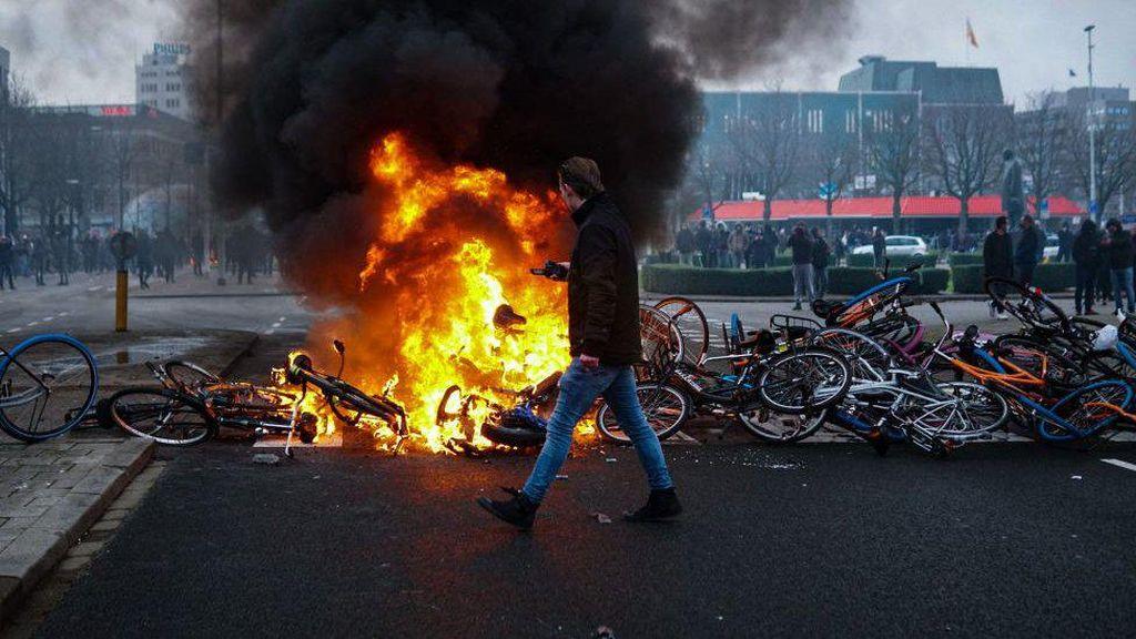 Belanda Rusuh, Demonstran yang Protes Jam Malam Bentrok Lagi dengan Polisi