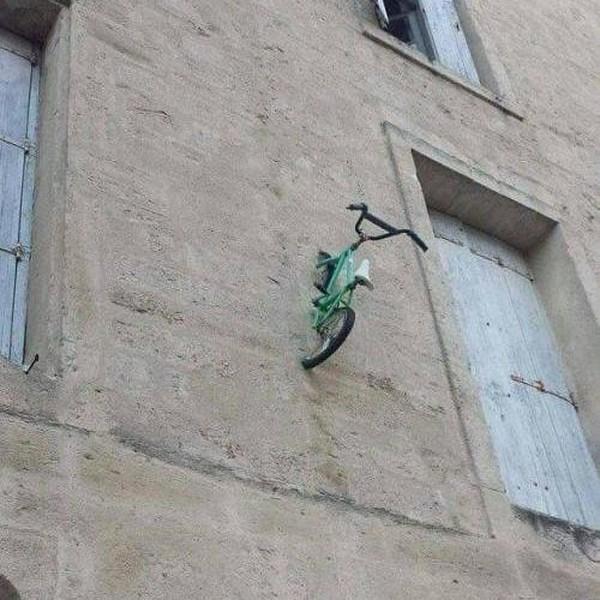 Ada yang bisa menjelaskan tujuan sepeda ditempel di dinding seperti ini? Seni?