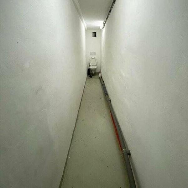 Toilet dengan ruangan yang sangat panjang ya.