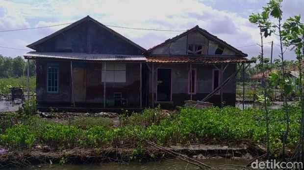Dusun Simonet, Desa Semut, Kecamatan Wonokerto, Kabupaten Pekalongan, yang terpisah dengan daratan gegara abrasi, Selasa (26/1/2021).