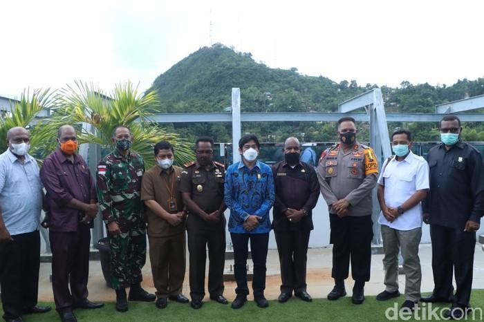 Forkopimda Papua rapat di DPR Papua untuk membahas situasi terkait kasus ujaran kebencian yang dilakukan Ambroncius Nababan. Warga Papua diminta tenang karena kasus sudah ditangani (Wilpret Siagian/detikcom)