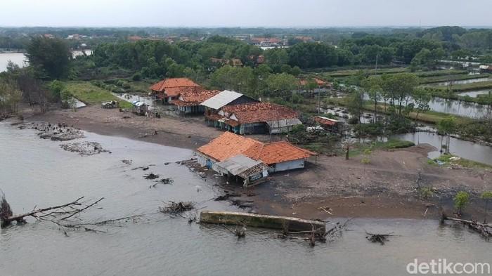 Foto udara Dusun Simonet, Desa Semut, Kecamatan Wonokerto, Kabupaten Pekalongan, yang terpisah dengan daratan gegara abrasi, Selasa (26/1/2021).