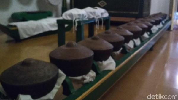 Gamelan denggung merupakan benda pusaka milik Keraton Kacirebonan. Kondisi gamelan ini tak bisa dimainkan, karena ada beberapa jenis alat musiknya yang mulai lapuk di makan usia. Usianya diperkirakan 500 tahun lebih.