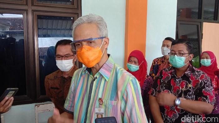 Gubernur Jateng Ganjar Pranowo cek pelaksanaan vaksinasi Corona di Puskesmas Mejobo, Kudus, Selasa (26/1/2021).