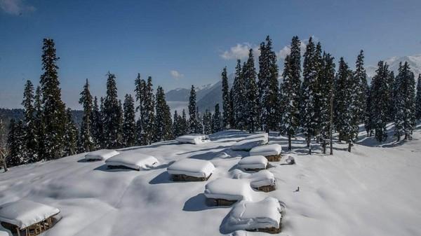 Gulmarg berada di dataran tinggi Kashmir yang diselimuti salju di musim dingin.