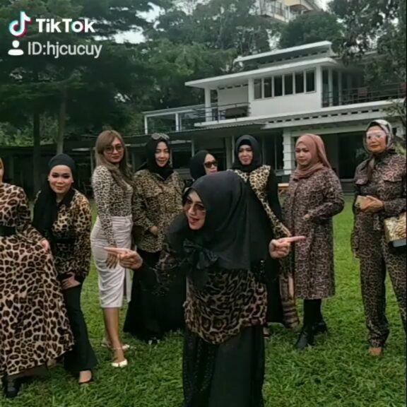 Geng arisan emak-emak viral di TikTok.