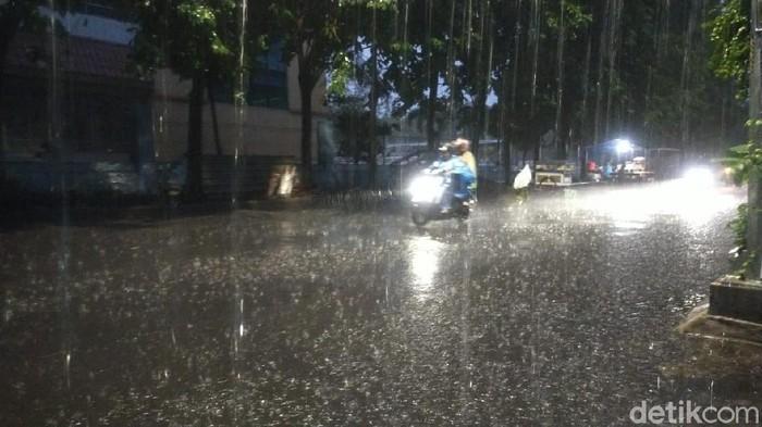 hujan deras di surabaya