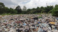 Petugas Mengaku Kesulitan Bawa Truk untuk Angkut Sampah Selapangan Bola