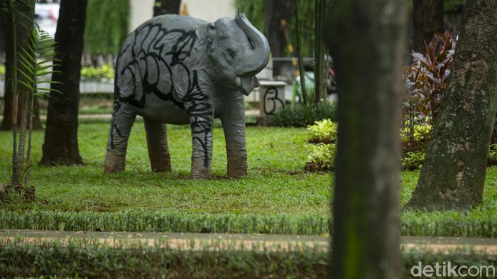 Seekor patung gajah jadi korban vandalisme di Taman Kebau Gajah, Kebayoran Baru, Jakarta Selatan. Ini dia foto-fotonya.