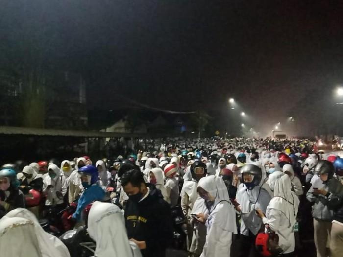 kerumunan warga dan buruh