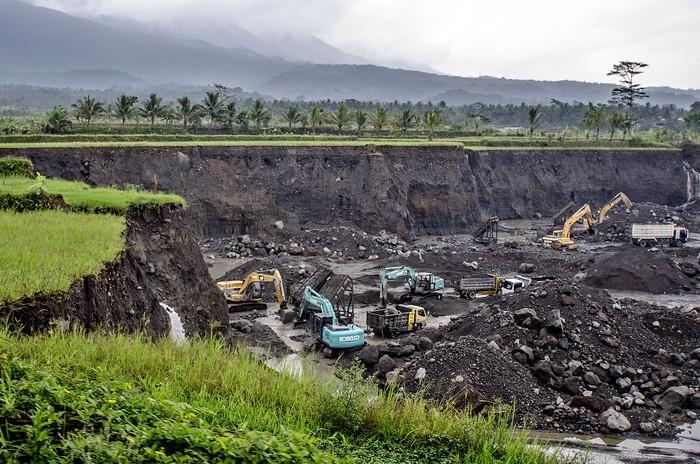 Foto udara lokasi tambang pasir di kaki Gunung Galunggung, Desa Mekarjaya, Kabupaten Tasikmalaya, Jawa Barat, Selasa (26/1/2021). Sebagian lahan pertanian di kawasan tersebut telah beralih fungsi menjadi kawasan tambang pasir sejak tahun 2000. ANTARA FOTO/Adeng Bustomi/wsj.