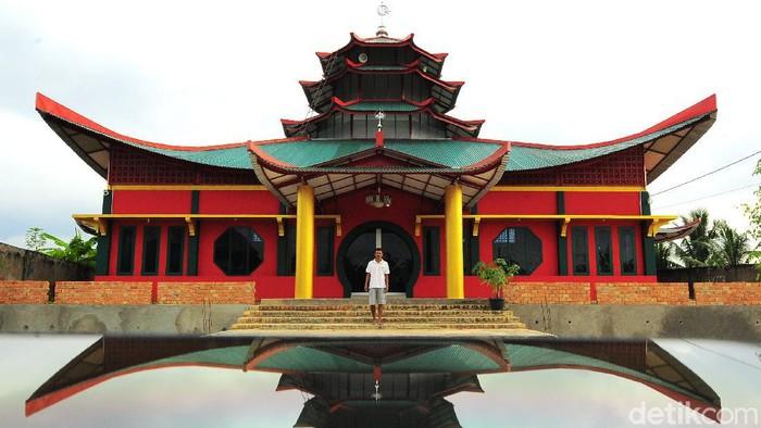 Sejumlah anak bermain di halaman Masjid Laksamana Cheng Hoo, Kenali Asam Bawah, Kota Baru, Jambi, Senin (25/1/2021). Pembangunan masjid yang diinisiasi Persatuan Islam Tionghoa Indonesia (PITI) Jambi dengan arsitektur bernuansa Tionghoa, Melayu, dan Arab itu telah mencapai 95 persen dan ditargetkan bisa difungsikan pada Februari 2021. ANTARA FOTO/Wahdi Septiawan/aww.