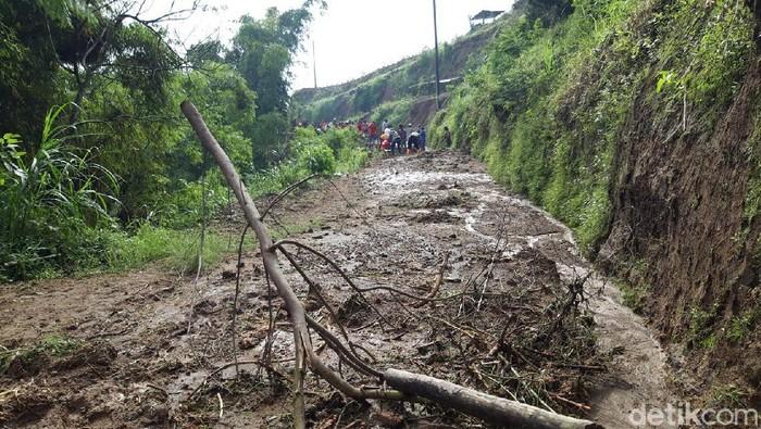 Masyarakat bersama TNI, Polri dan relawan melakukan kerja bakti menyingkirkan material tanah longsor yang menutup akses jalan di Desa Cluntang, Kecamatan Musuk.