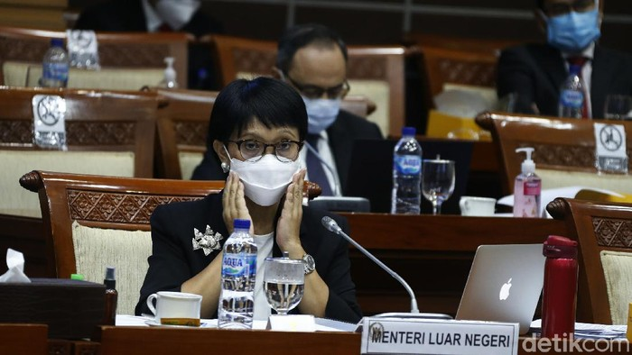 Komisi I DPR RI menggelar rapat bersama Menteri Luar Negeri (Menlu) Retno Marsudi. Dalam rapat, Retno menegaskan Indonesia masih terus menjalin pembicaraan dengan Pfizer dan Moderna terkait vaksin.