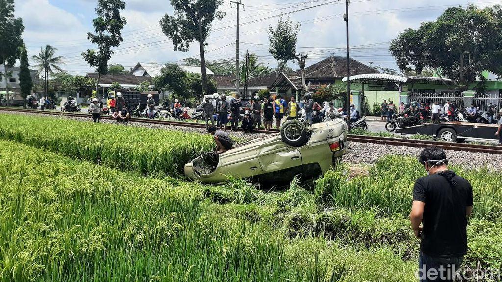 Mobil Tertabrak KA di Perlintasan Tak Berpalang Pintu di Malang, Sopir Tewas