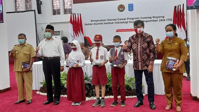 Menko PMK Muhadjir Effendy menyerahkan donasi 539 gadget dari IKA ITS ke sekolah, di kantor Kemenko PMK, Jakarta, Selasa (26/1/2021).