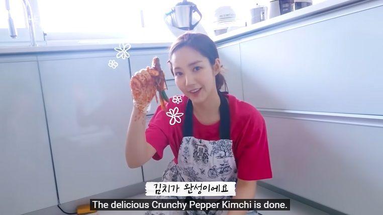 park min young bikin kimchi cabai favoritnya
