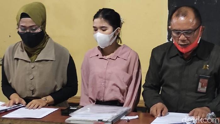 Pasutri tersangka kasus ITE di Sidoarjo tak terima dijemput paksa oleh polisi. Menurut mereka, penjemputan itu tidak prosedural.