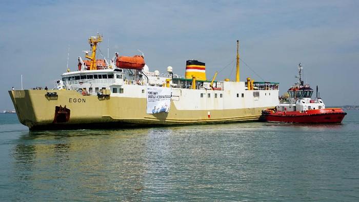 KM Egon milik PT PELNI mengakut 691 koli barang bantuan kemanusiaan bagi korban bencana di Kalsel dan Sulbar dari Pelabuhan Tanjung Perak Surabaya.