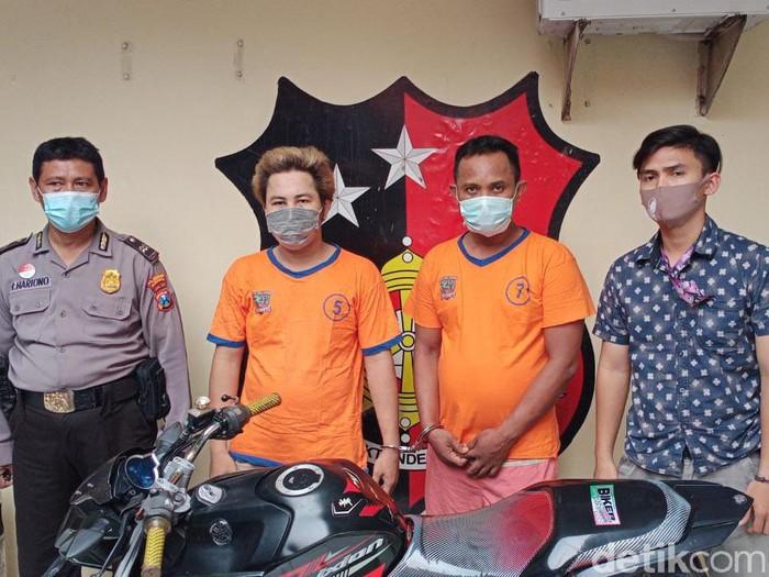 Dua jambret di Surabaya diringkus polisi. Mereka diamankan setelah melakukan jambret sebanyak 9 kali.