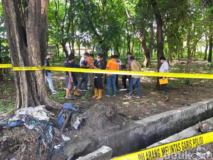 Polisi olah TKP soal pipa gas bocor yang nyaris membakar SPBU Margomulyo. Mereka terdiri dari Tim Labfor Polda Jatim dan Satreskrim Polrestabes Surabaya.
