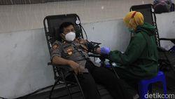 Polisi Screening Donor Plasma Konvalesen Bantu Stok PMI Surabaya yang Menipis