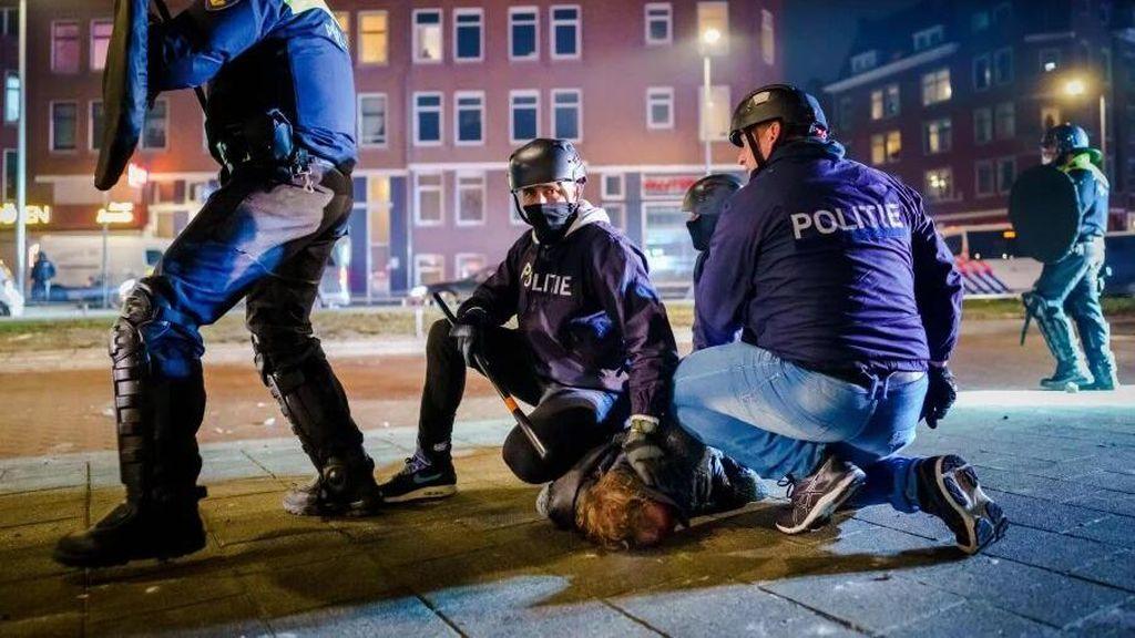 Belanda Rusuh Lagi Gegara Aturan Jam Malam, Ratusan Orang Ditangkap