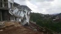 Detik-detik Rumah Mewah di Lampung Roboh Gegara Longsor