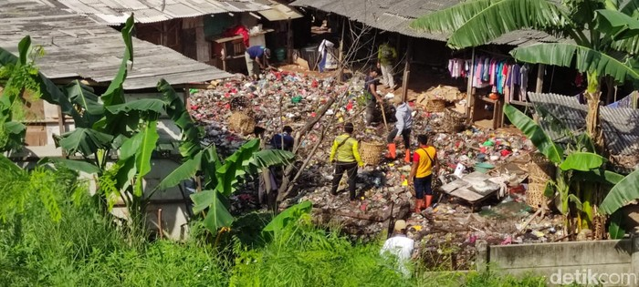 Spandung di Jl Akses Tol Kalimalang, jelang Gerbang Tol Kalimalang 1, tak jauh dari sampah seluas lapangan sepakbola. (Taufieq RA/detikcom)