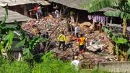 Petugas Angkut Sampah dari Permukiman Semipermanen Jelang GT Kalimalang 1