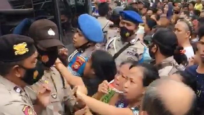 Tangkapan layar video viral polisi dihadang emak-emak saat mendalami aksi tawuran (dok. Istimewa).