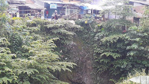 Tebing jurang Jl Raya Cilebut arah Kota Bogor dikhawatirkan rawan longsor. (Afzal Nur Iman/detikcom)