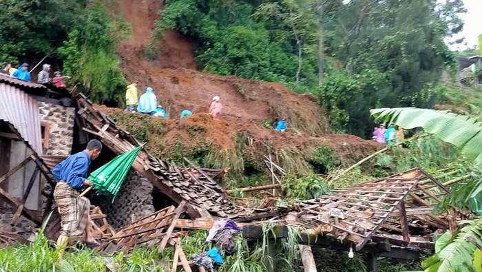 Tebing longsor di Kaliangkrik, Kabupaten Magelang, Jawa Tengah, Selasa (26/1/2021)