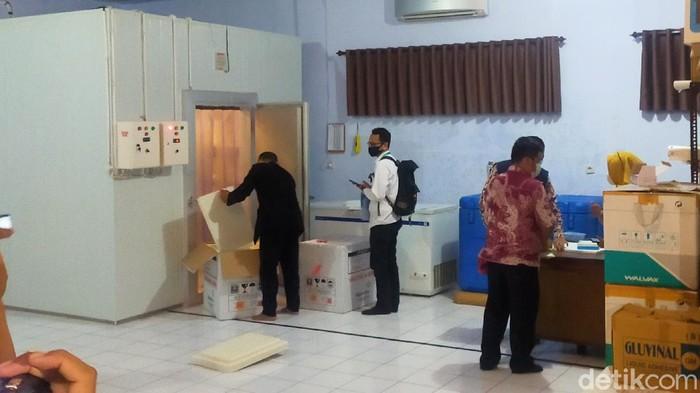 Sebanyak 5.400 vaksin COVID-19 untuk vaksinasi tenaga kesehatan dan Forkopimda serta tokoh masyarakat, tiba di Banyuwangi. Vaksin Sinovac tersebut kemudian disimpan di kamar pendingin Dinas Kesehatan (Dinkes).