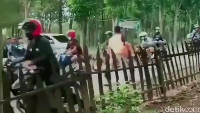 Video Warga Melakukan Pemukulan Pada Gerombolan Pengendara Motor