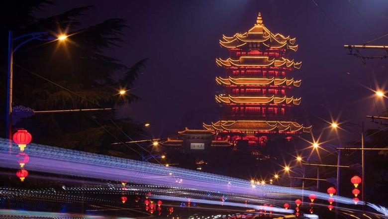 Sebagian besar kehidupan di Wuhan telah kembali normal, bahkan ketika seluruh dunia masih bergulat dengan penyebaran varian virus corona baru penyebab Covid-19 yang lebih menular.