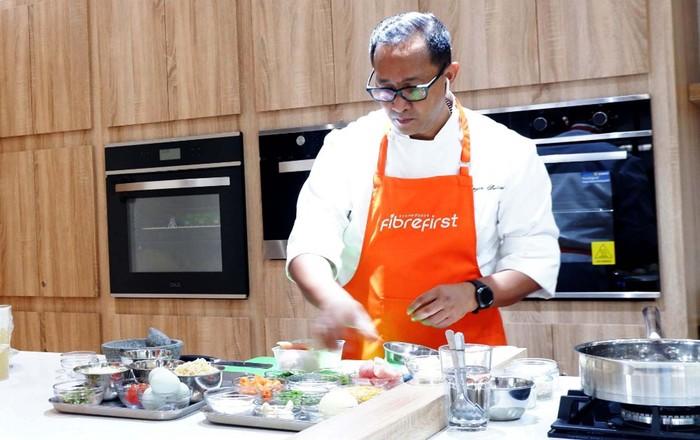 "Chef Degan Septoadji meramaikan webinar dengan sesi Live Cooking dalam rangka memperingati Hari Gizi Nasional pada Senin, 25 Januari 2021 di Jakarta. FibreFirst menggelar webinar gratis Bertajuk ""Ibu Bijak, Siap Penuhi Serat dan Harian untuk Keluarga"" kepada ratusan ibu di Indonesia untuk mengedukasi tentang pentingnya peran ibu dalam memenuhi kebutuhan serat dan nutrisi harian keluarga."