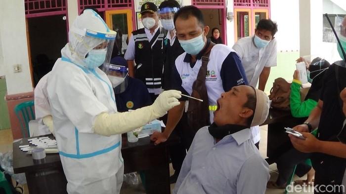 Aksi ambil paksa jenazah COVID-19 di RSI Sumenep pada Minggu (24/1) berbuntut panjang. Ada 28 warga yang di-rapid antigen.