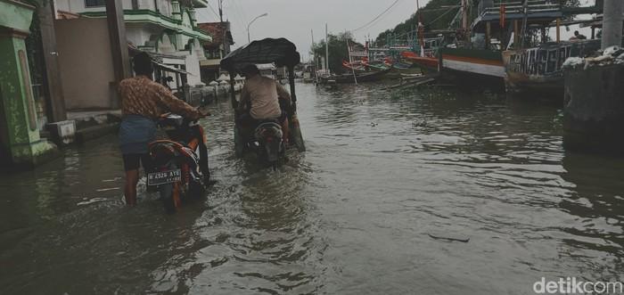 Banjir rob dan becak motor di Desa Purworejo, Kecamatan Bonang, Selasa (26/01/2021)
