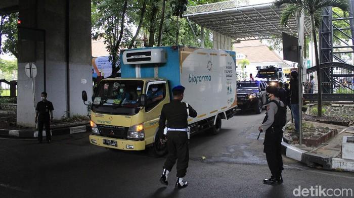 Biofarma mendistribusikan vaksin COVID-19 Sinovac ke berbagai wilayah Indonesia. Proses pendistribusian vaksin itu mendapat pengawalan ketat dari TNI-polisi.