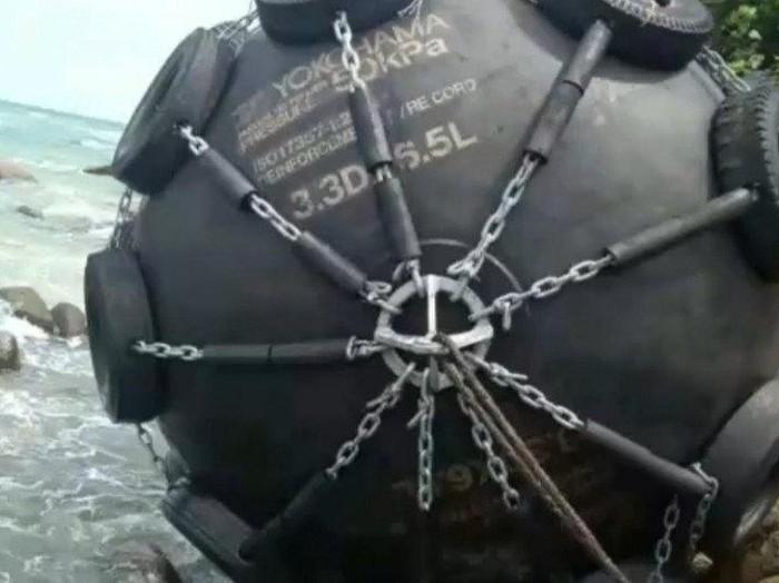 Bola hitam besar ditemukan terdampar di Pantai Bintan, Kepri.