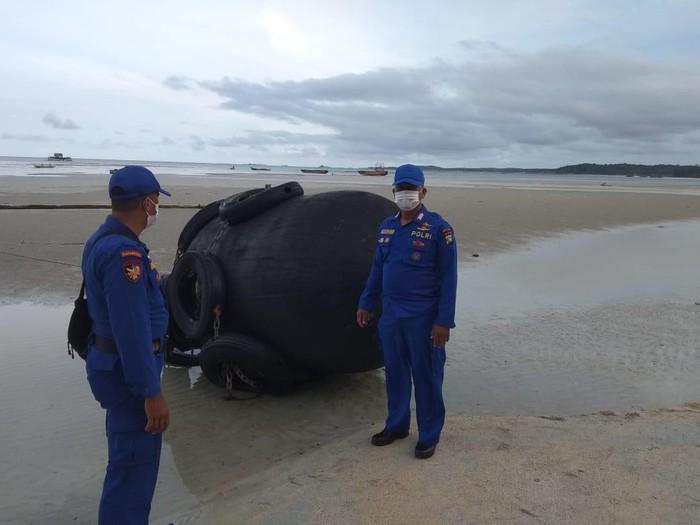 Bola hitam besar yang ditemukan di pantai Bintan, Kepri, dipastikan dapra (dok Polda Kepri)