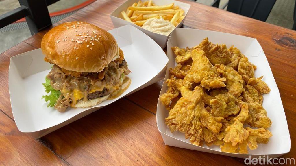 Mantul! Makan Burger Philly Cheese Stackr di Arena Skateboard