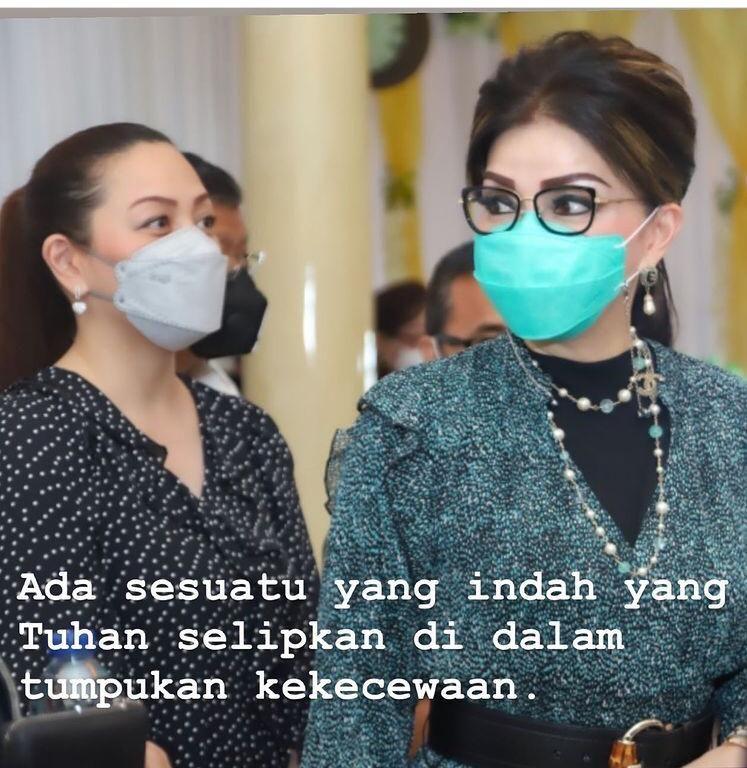 Bupati Minahasa Selatan Christiany Eugenia Tetty Paruntu memposting foto bareng adiknya.